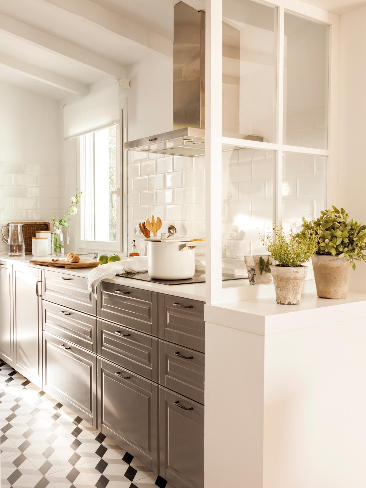 00443004. Cocina en gris con mosaico hidráulico y ventana separadora 00443004