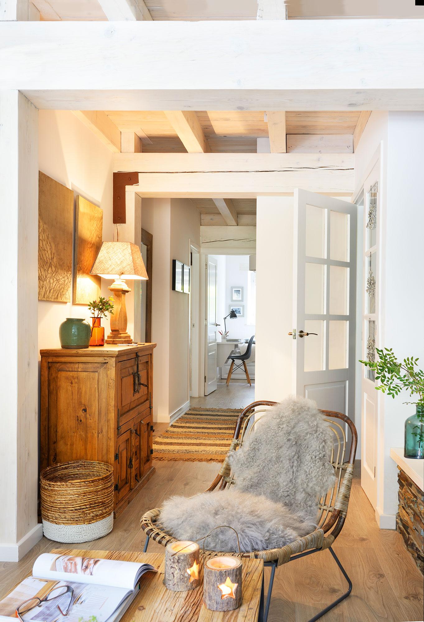 30 ideas para renovar tu casa con un bajo presupuesto for Muebles blanco salon