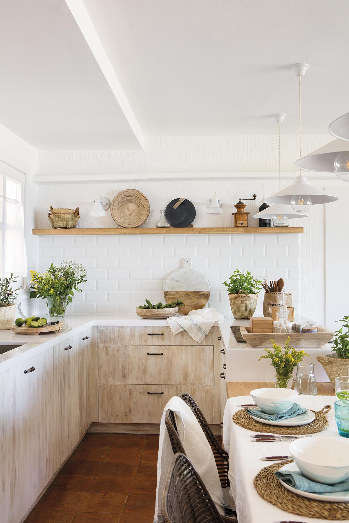 0696. Pequeña cocina con muebles de madera decapada y office