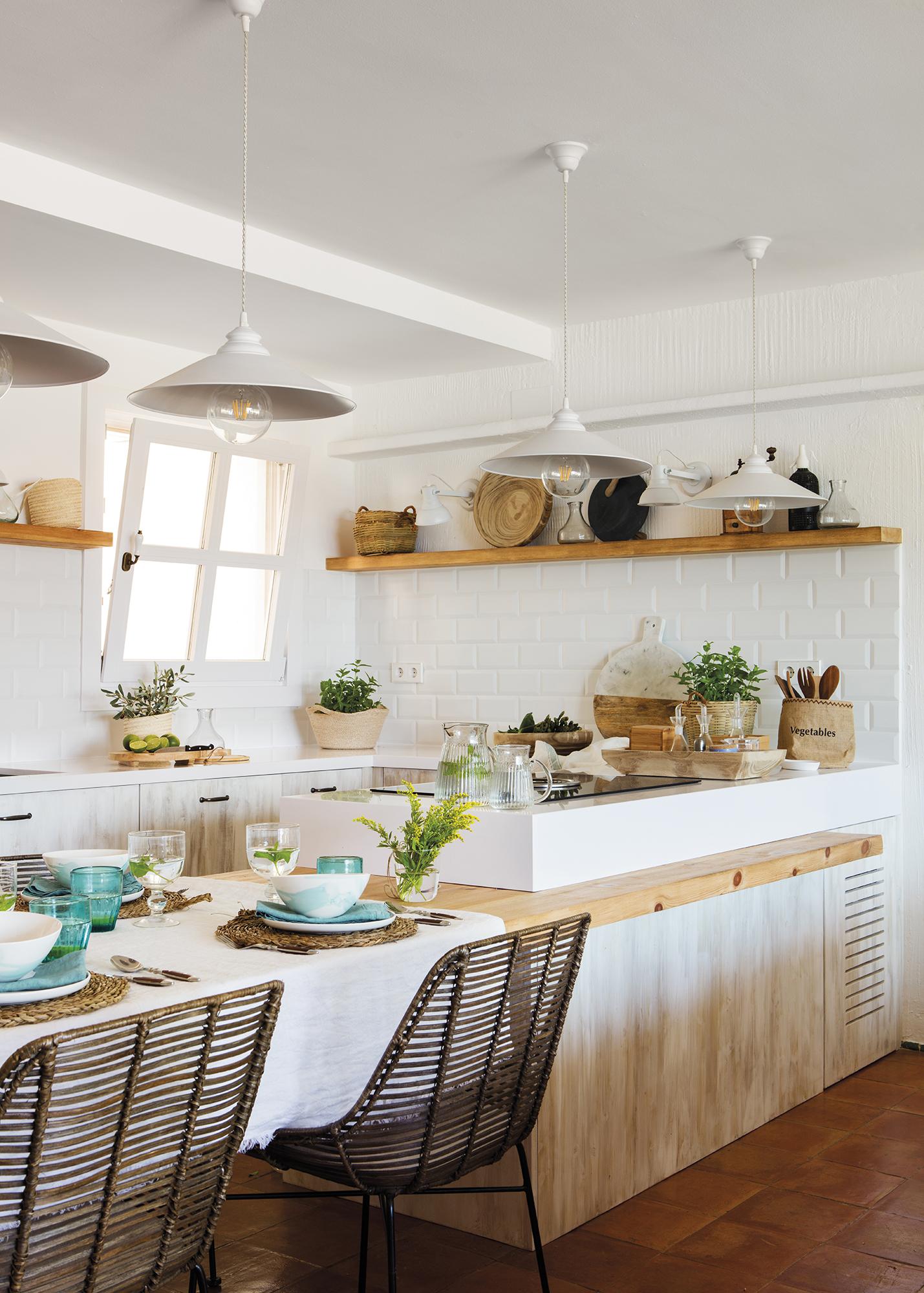 Pano715-716. Cocina en blanco y madera con office y azulejos subway