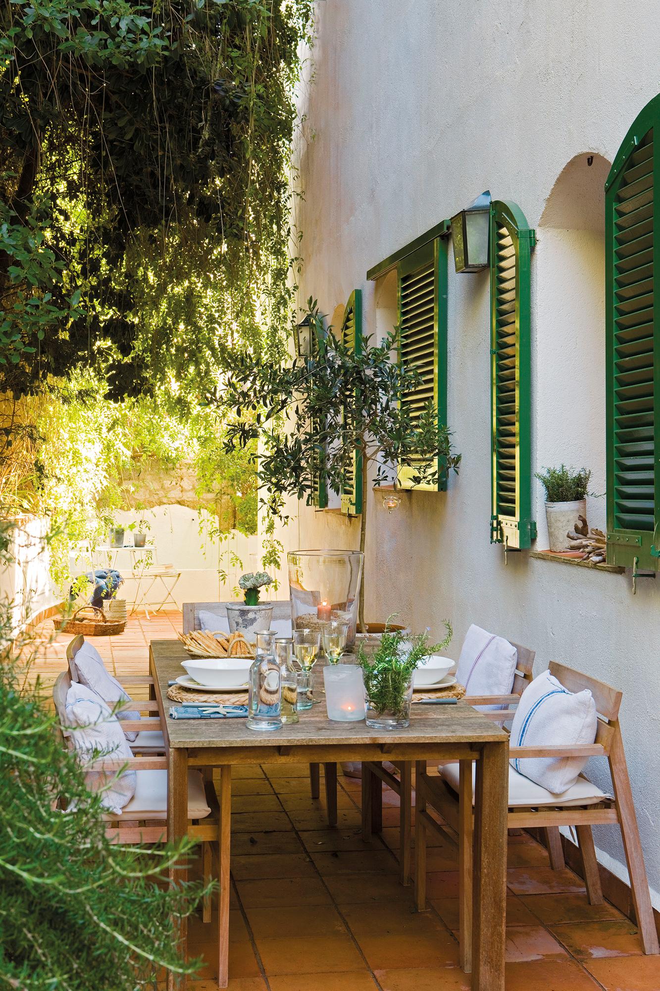 Contraventanas tipos materiales y ventajas Decoracion de patios pequenos con pileta