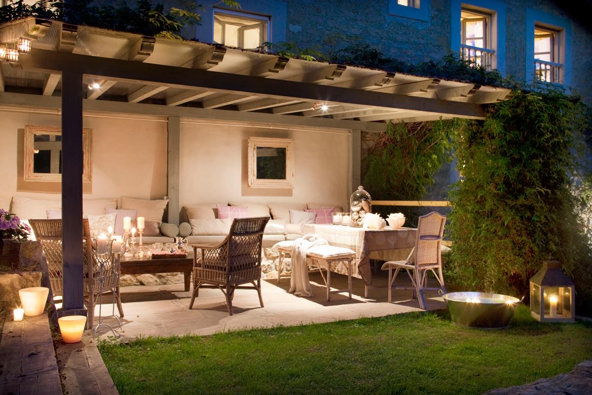 C mo decorar la terraza o el porche por la noche for Decorar un porche con plantas