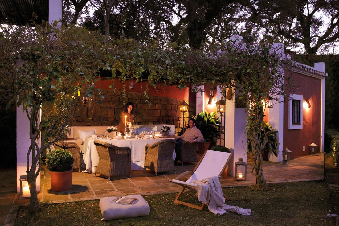 C mo decorar la terraza o el porche por la noche - Como cerrar un porche ...