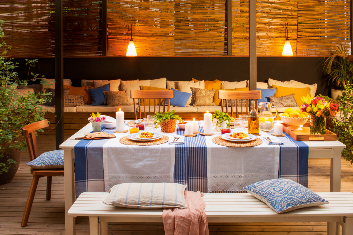 C mo decorar la terraza o el porche por la noche for Mesa porche