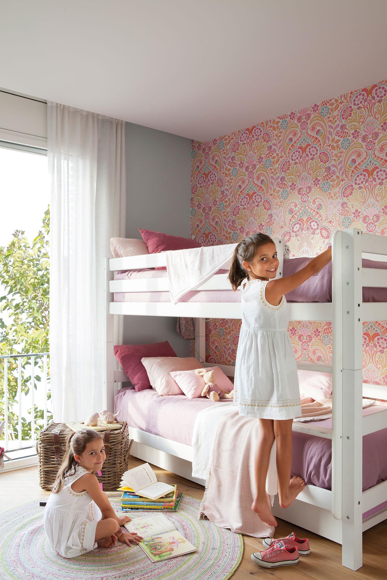 Decora la habitaci n infantil con papel pintado for Habitacion blanca y turquesa