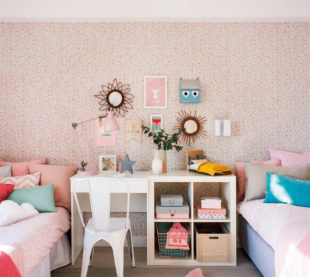 habitacin infantil con papel pintado y dos camas