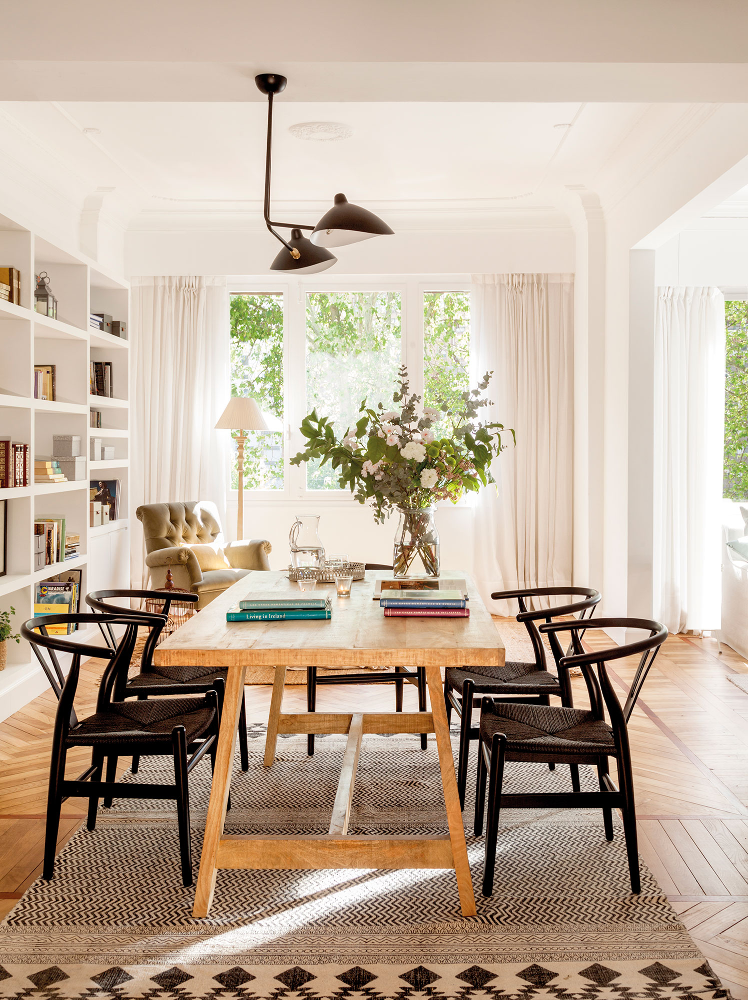 Los 50 mejores comedores de el mueble for Sillas negras comedor