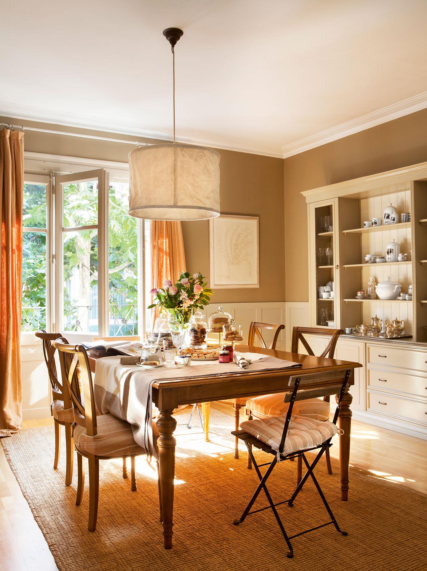 Los 50 mejores comedores de el mueble for Salon comedor clasico