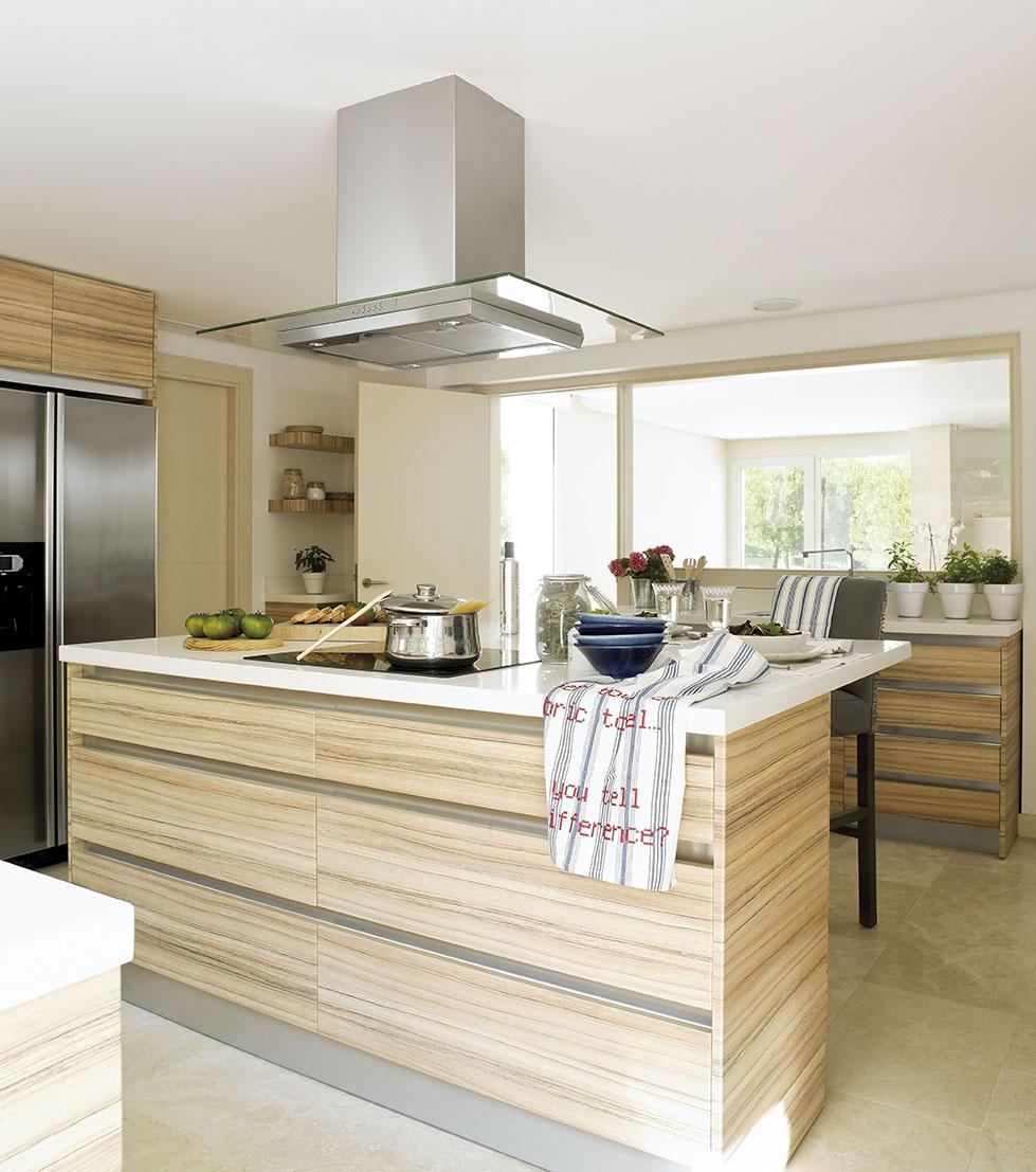 cocina moderna con muebles de madera e isla con campana extractora