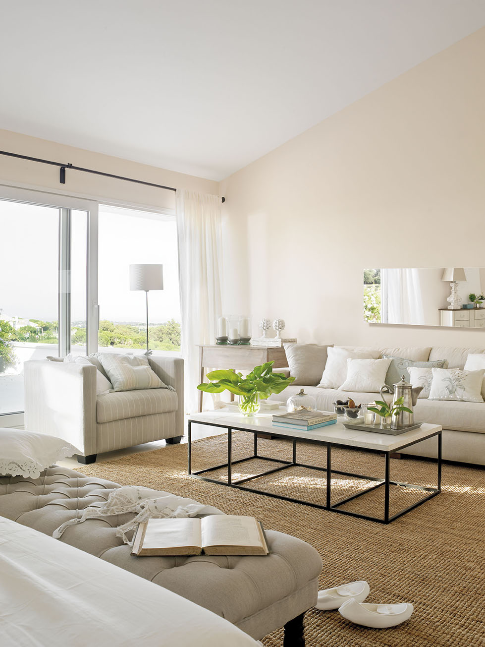 Una decoraci n blanca y transparente - Decoracion salones cortinas ...