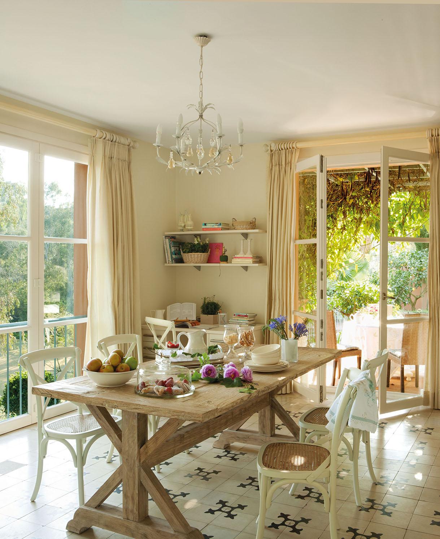 office con una gran mesa de madera con sillas blancas sobre un suelo de
