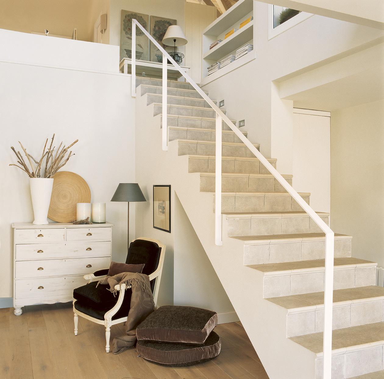 Amplia luminosa y muy acogedora - Escaleras blancas ...