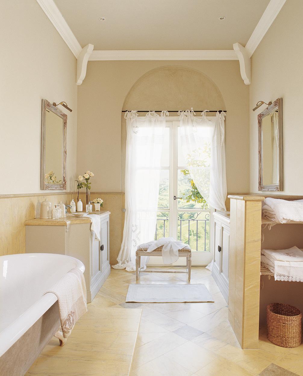 00160207. Baño del dormitorio principal con bañera y dos muebles de lavabo enfrentados_00160207