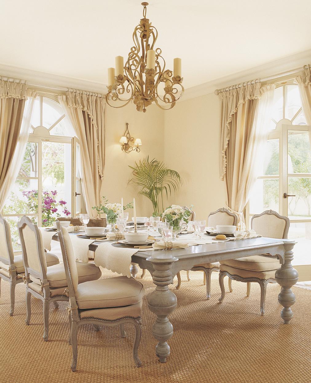 00161233. Comedor de estilo clásico con muebles en blanco y gris sobre una gran alfombra y una lámpara de araña en dorado_00161233