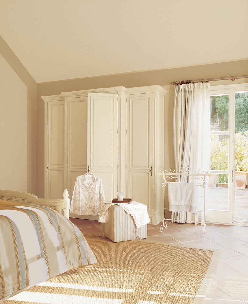 00161245. Dormitorio infanitl en tonos claros con grandes armarios blancos y puertas de cristal con salida a la terraza_00161245