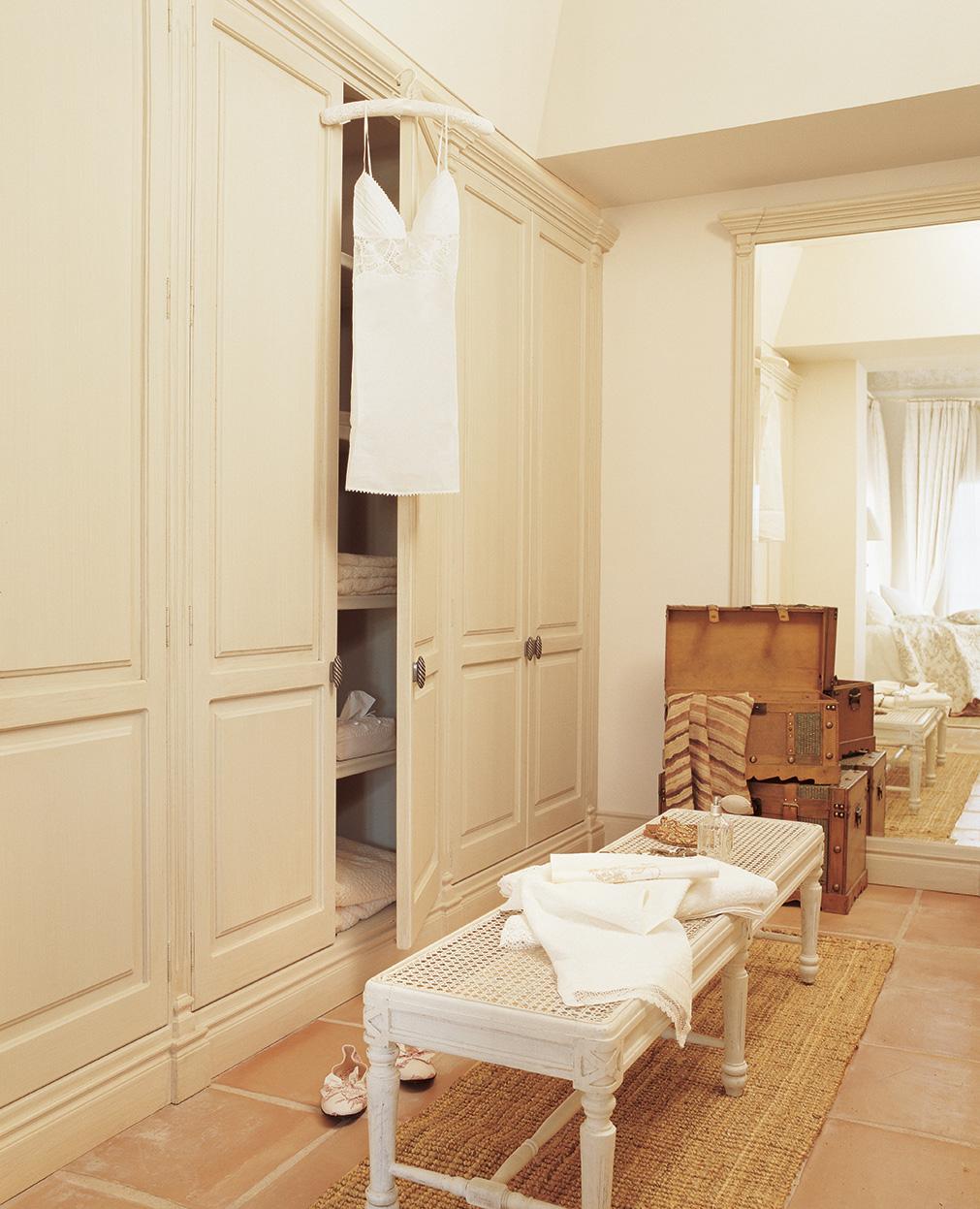 00161251. Vestidor con armarios en blanco, baúles, espejo de cuerpo entero y banco_00161251