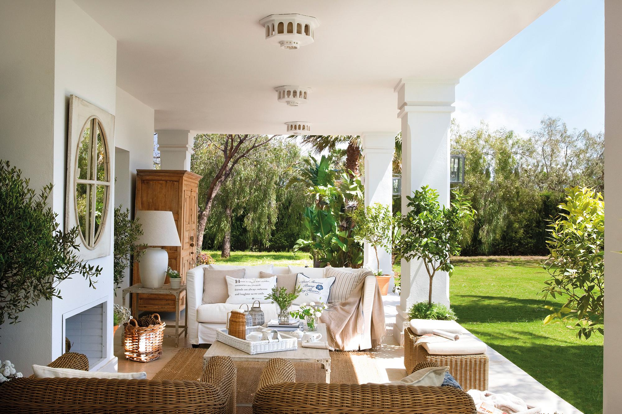 Porche con sofá tapizado en blanco y butacas de fibras_00364410