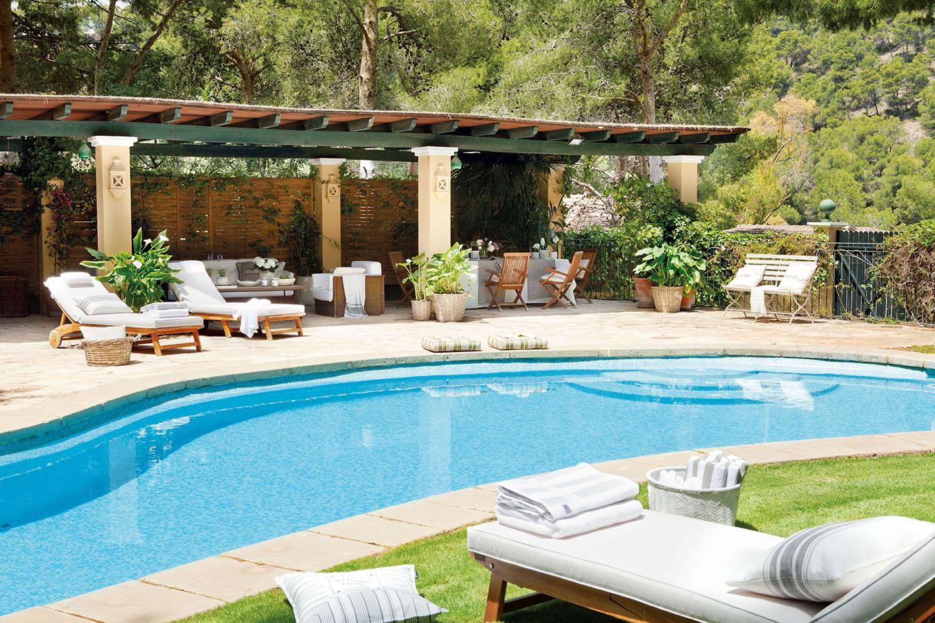 Una casa con invernadero recuperada - Tumbonas para piscina ...