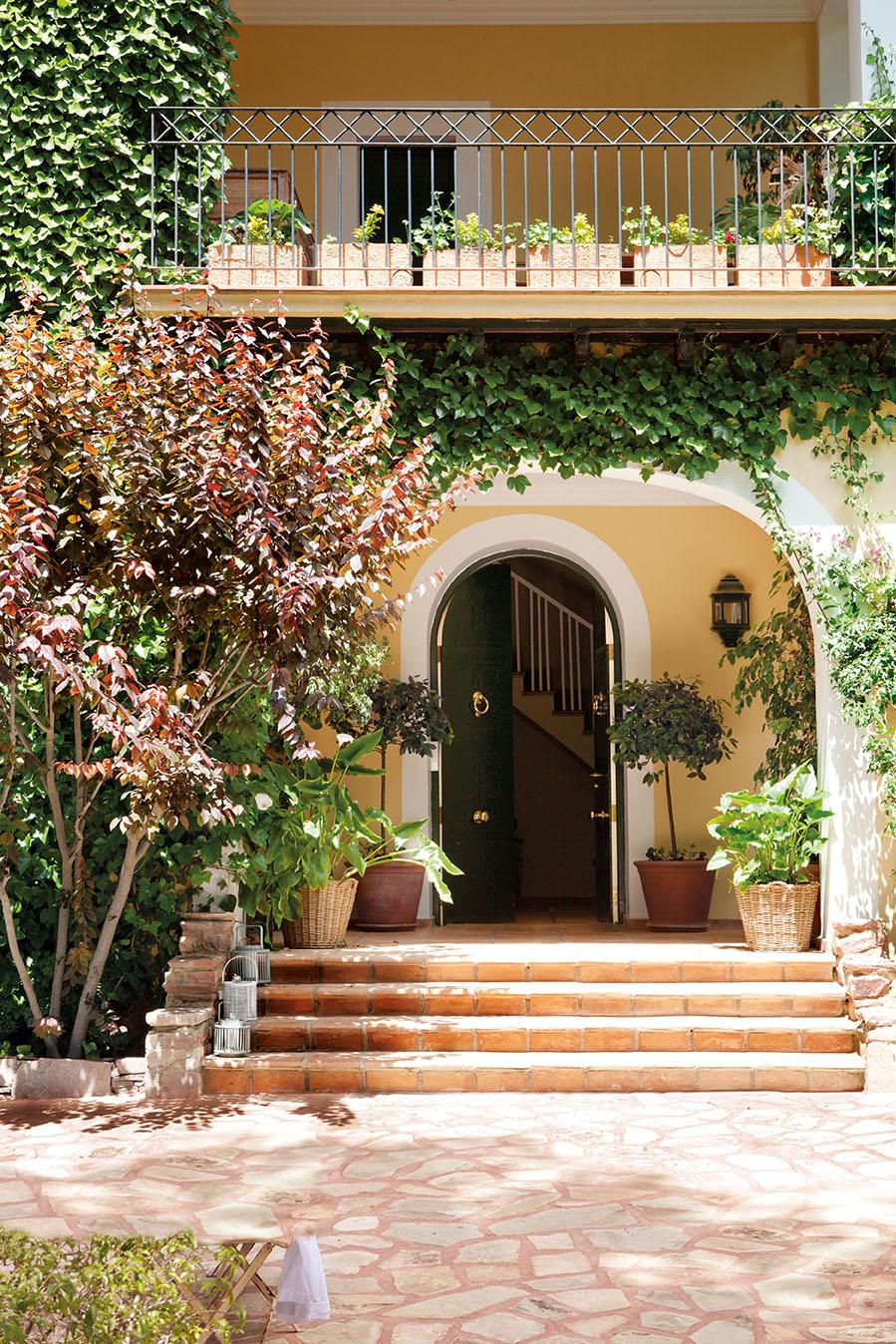 Una casa con invernadero recuperada for Escaleras entrada casa