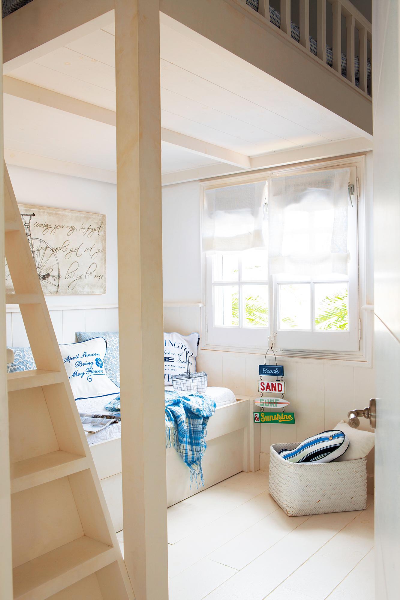Habitación infantil en blanco con cama alta_366849