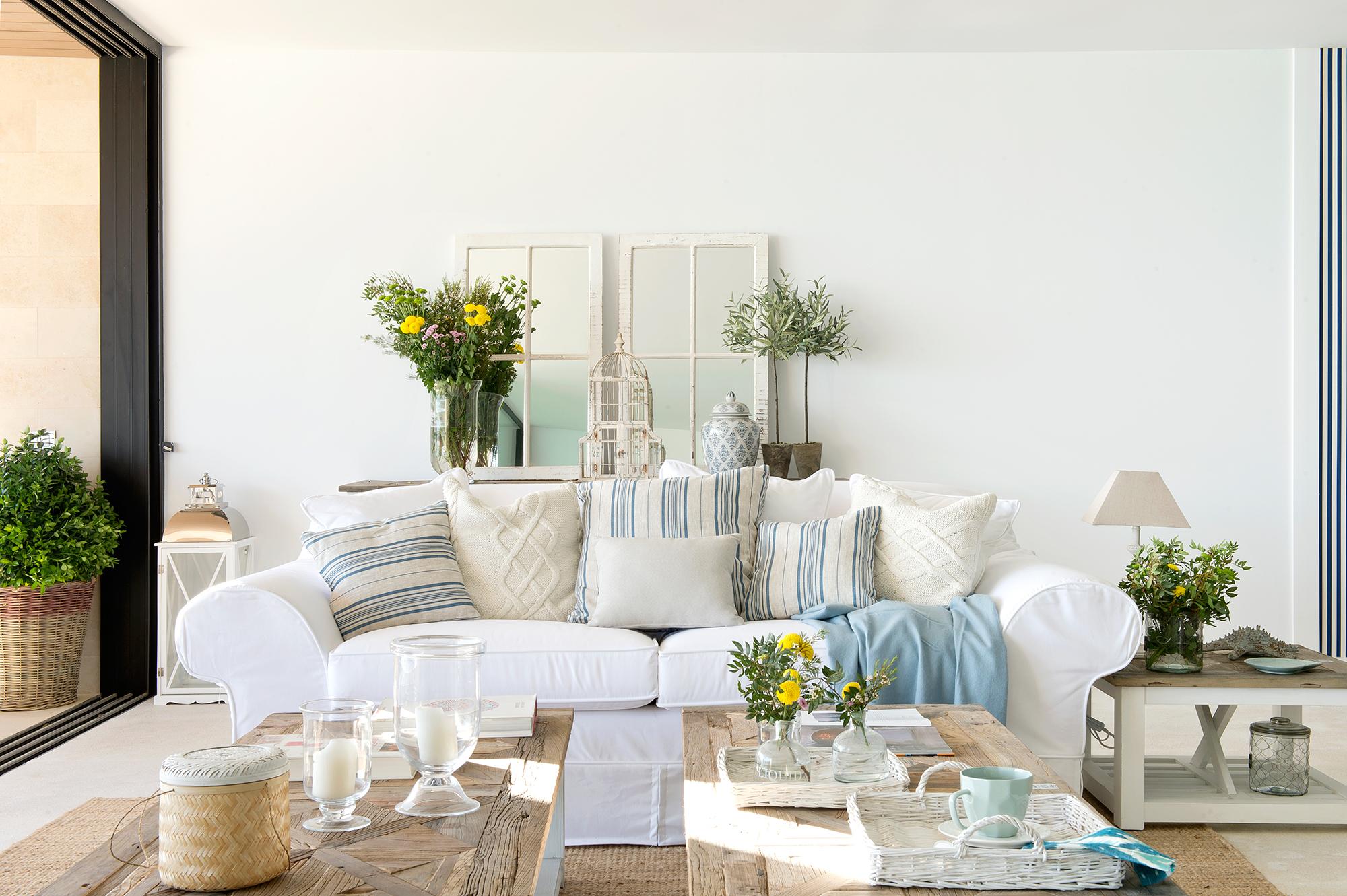 Semitoma de salón con sofá en blanco y detalles en azul_433810