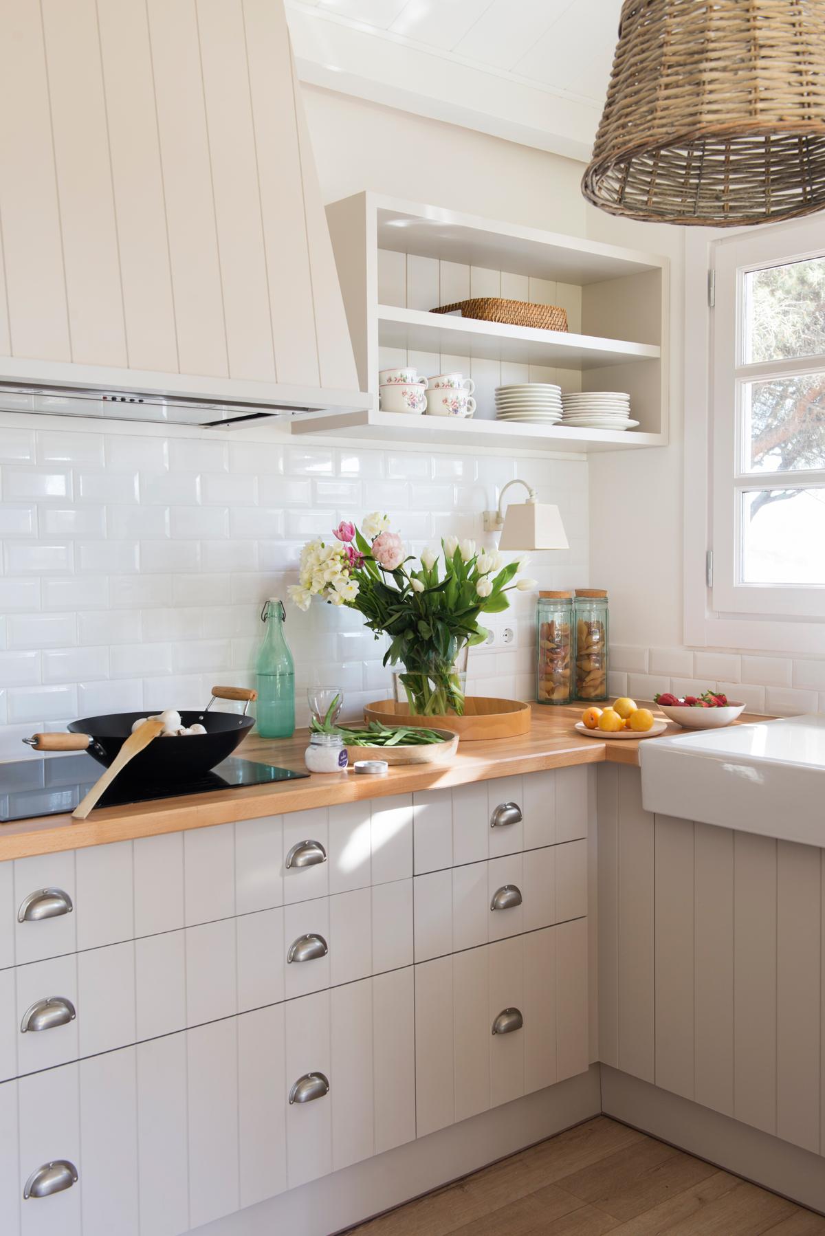 Renueva tu cocina y tu ba o sin grandes obras for Cocina con azulejos blancos