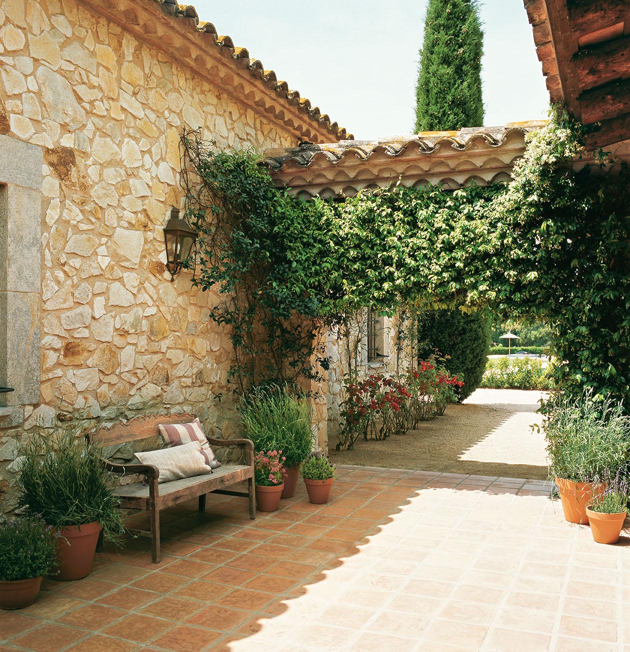 Mas a restaurada con estilo franc s - Conillas garden center ...