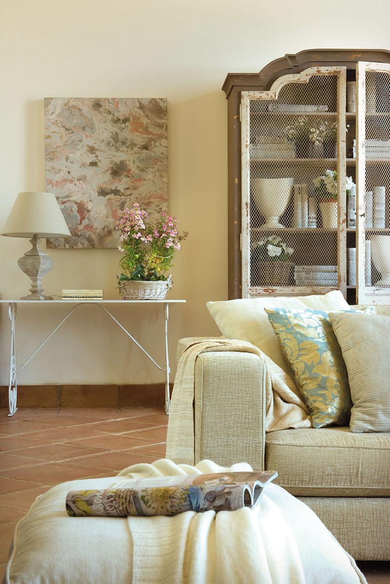 Una casa renovada para disfrutar del sur - Mueble detras sofa ...