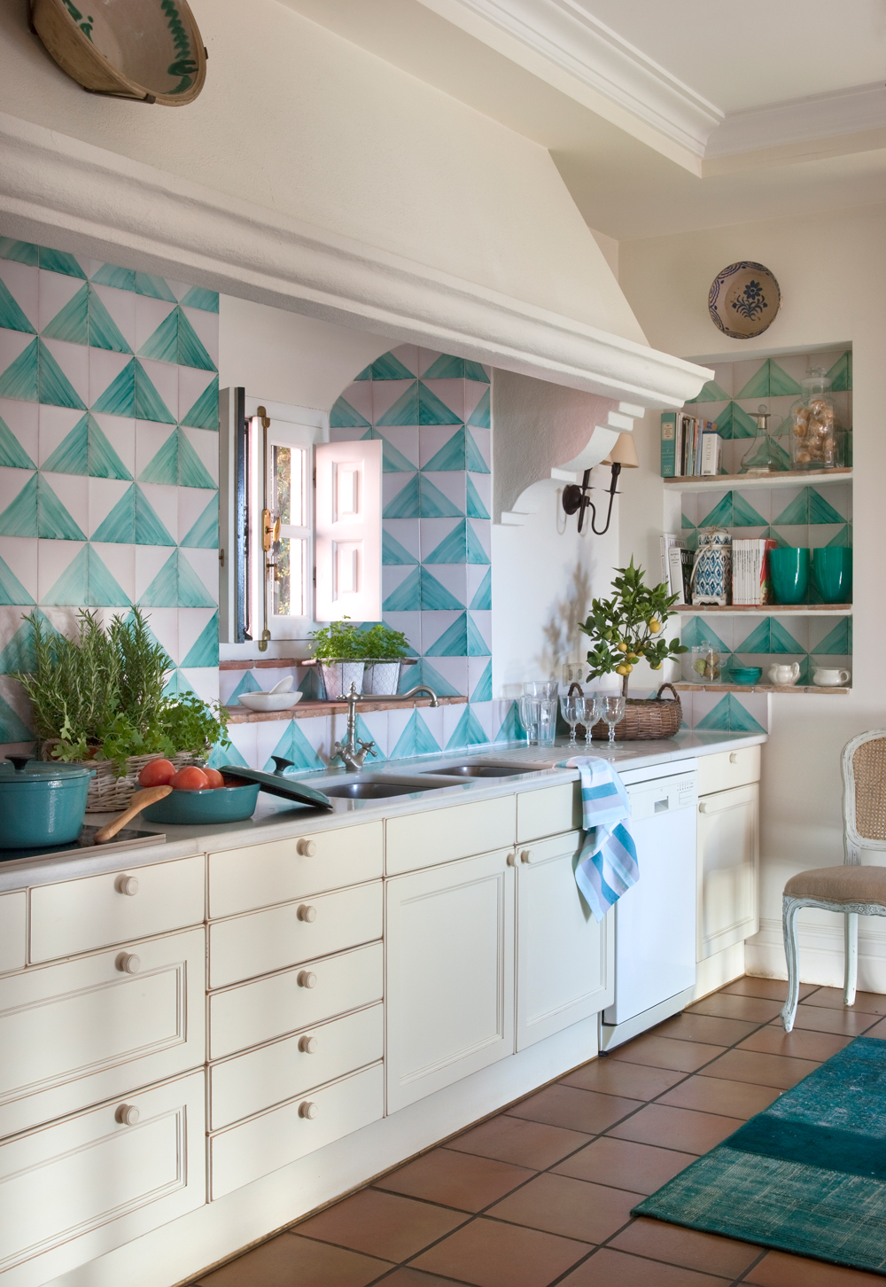 Dale color a tu cocina blanca for Marmol de color azul