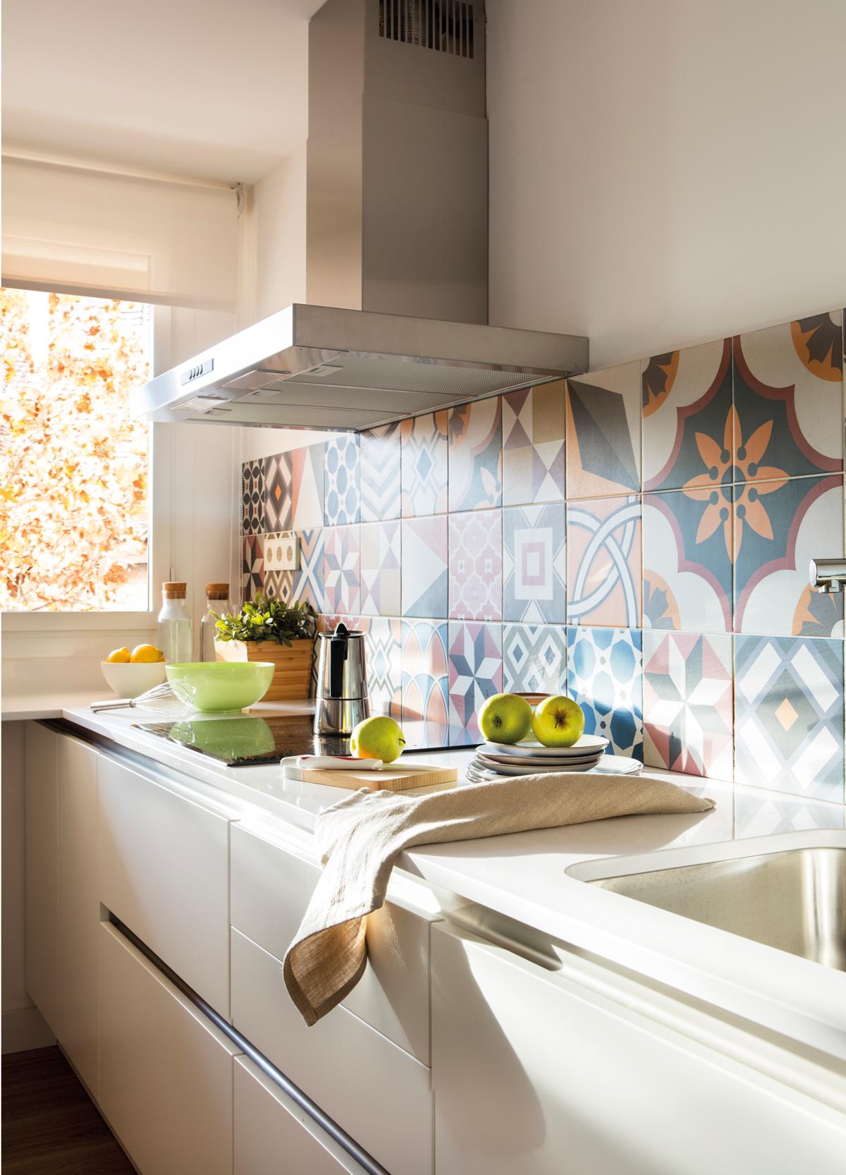 Dale color a tu cocina blanca for Azulejos y suelos para cocinas