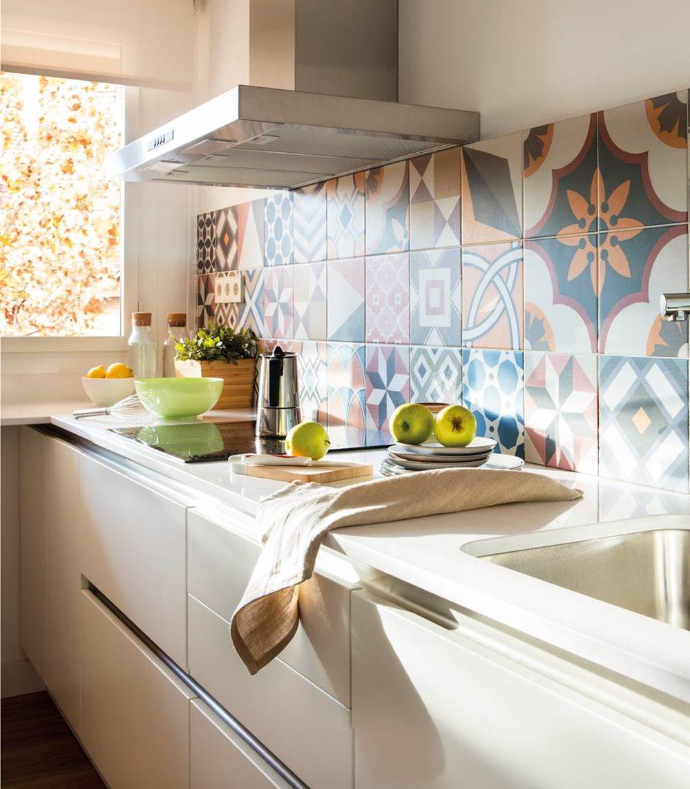 Dale color a tu cocina blanca - Cocinas con mosaico ...
