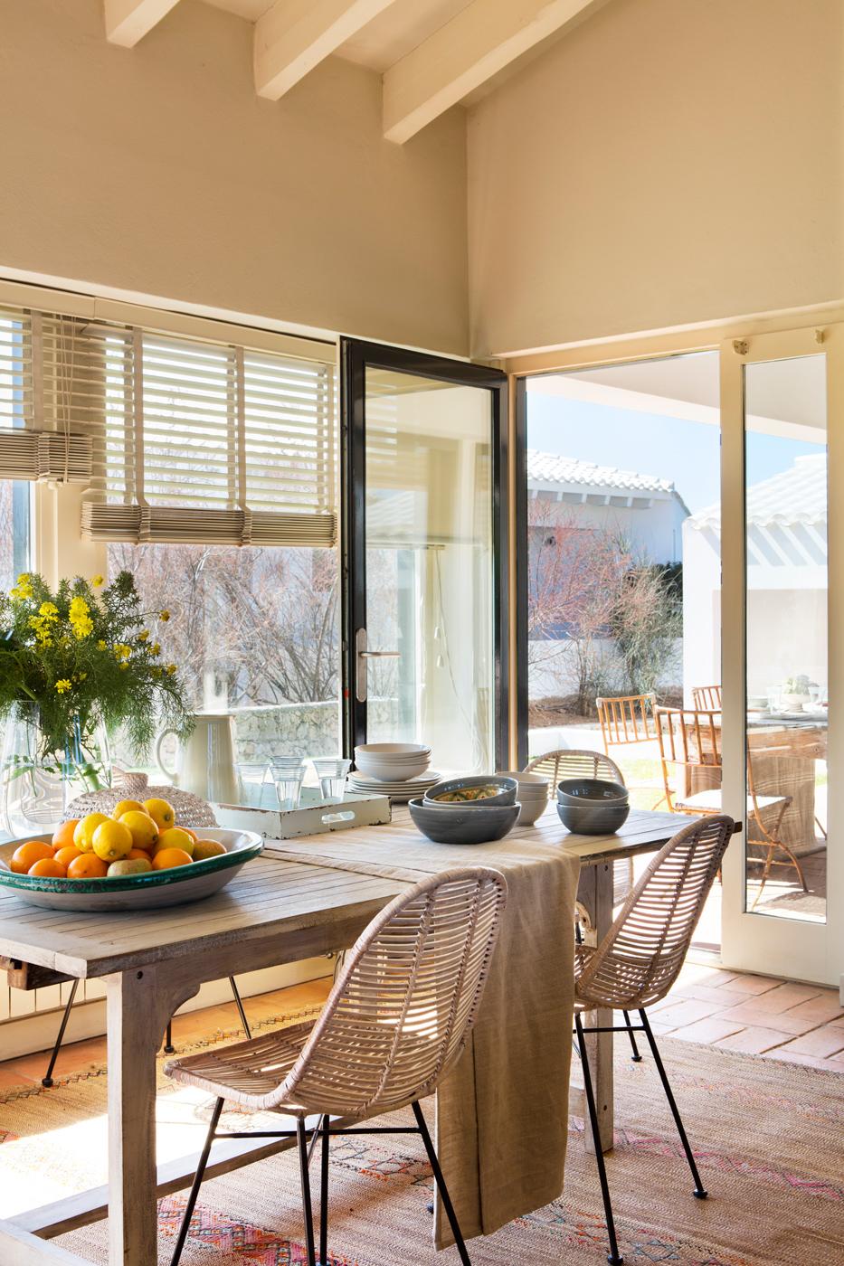 Estores comedor instalacin de cortina lisa blanca for Mesa de terraza con quitasol