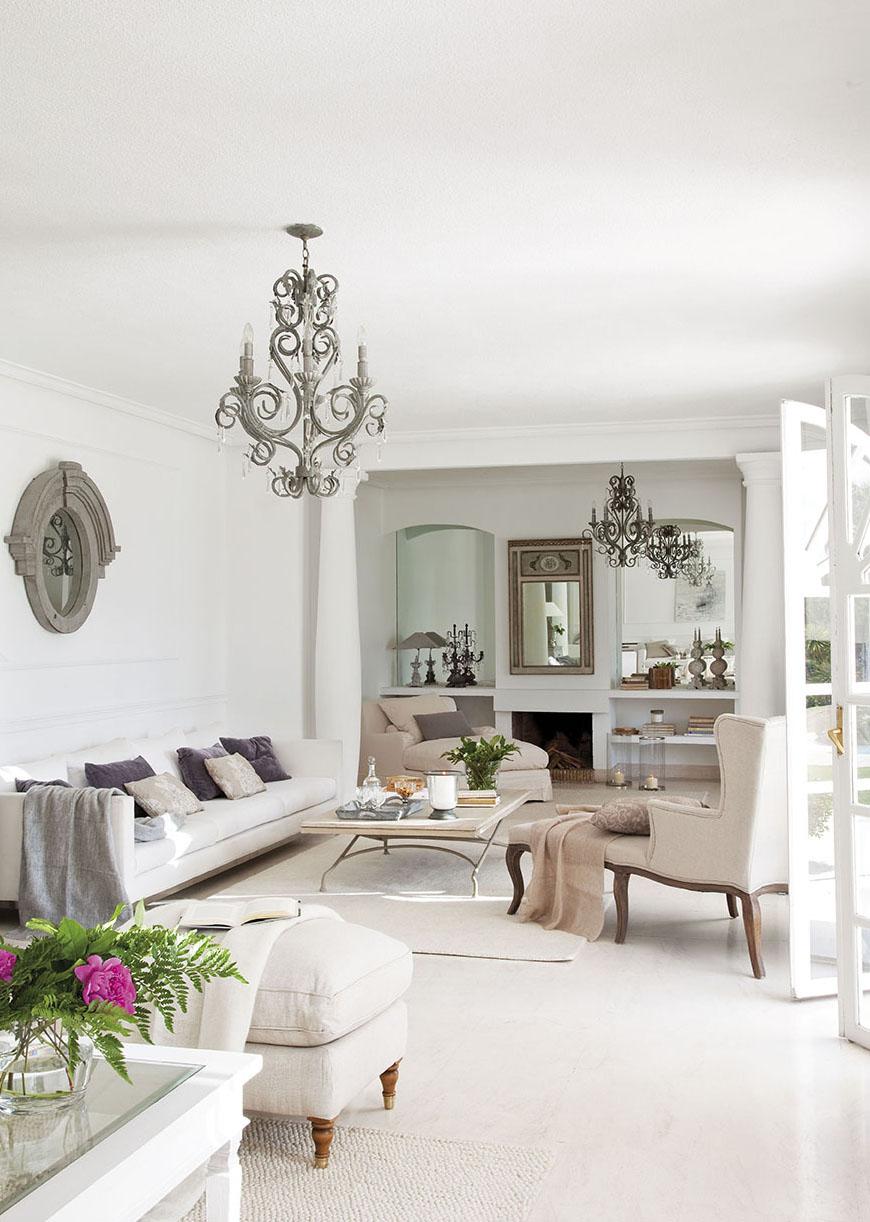 00302840. Salón con chimenea en tonos blancos y beige con detalles en gris_00302840