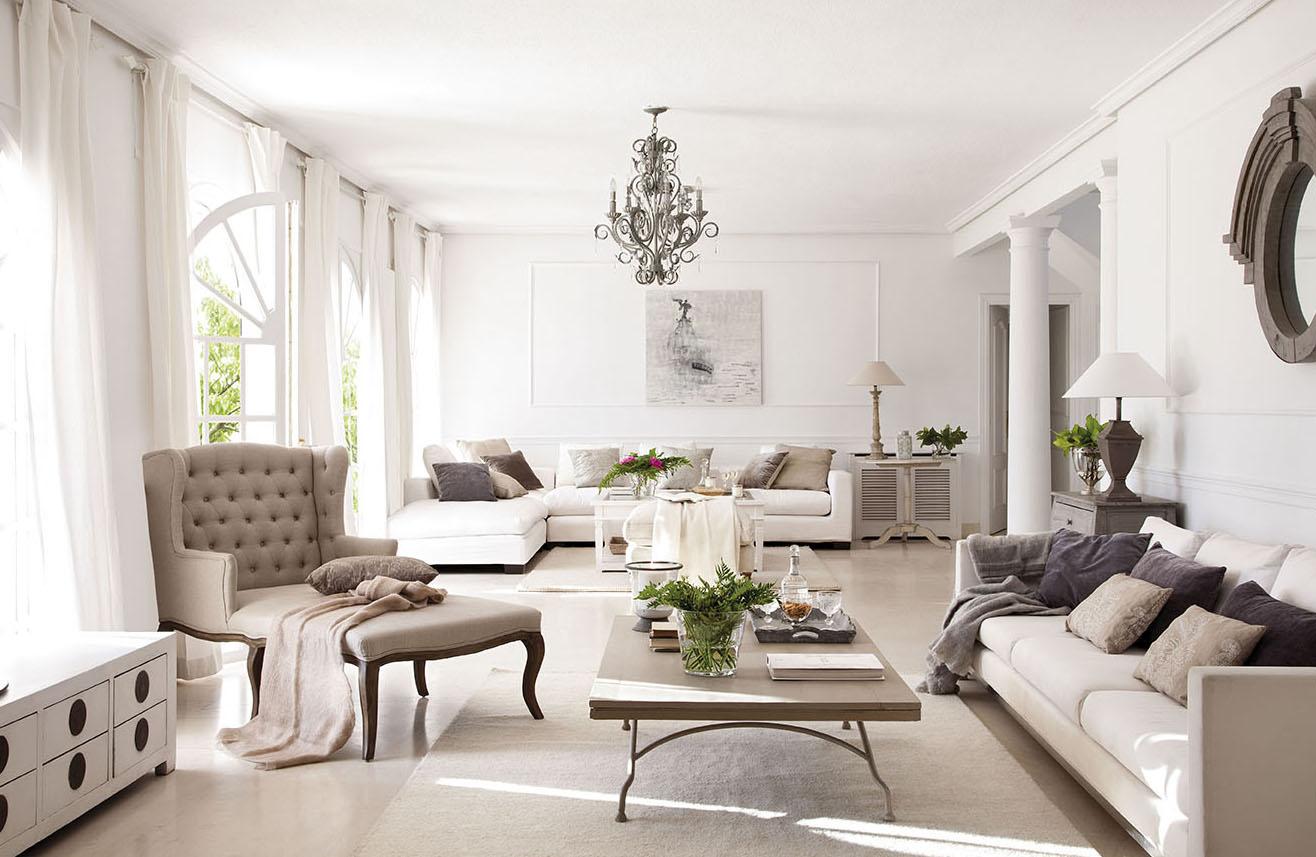 00302842. Zona de estar y salón en tonos blancos y beige junto a las puertas de cristal del jardín_00302842