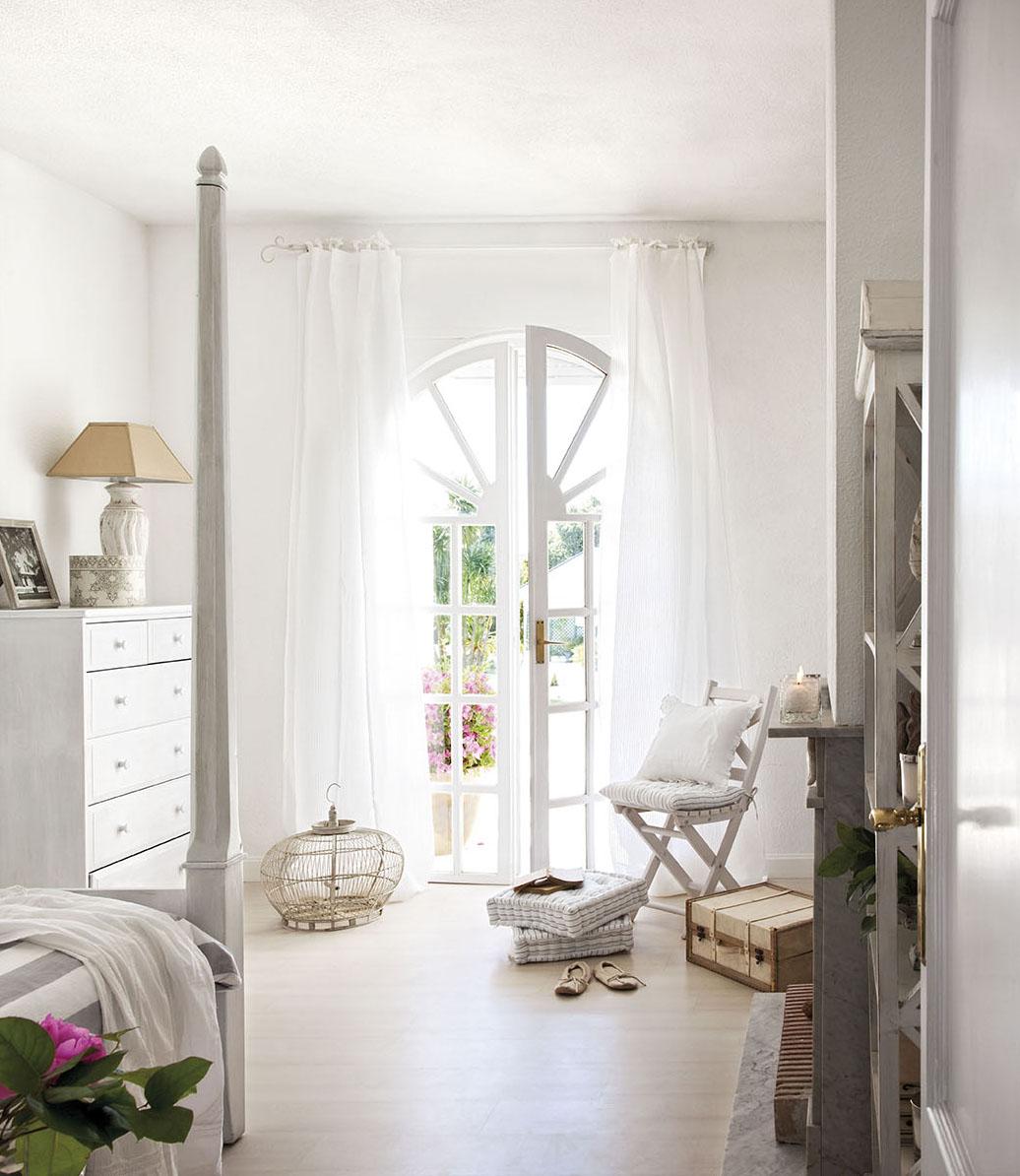 00302848. Dormitorio de invitados en blanco y gris con salida al jardín_00302848
