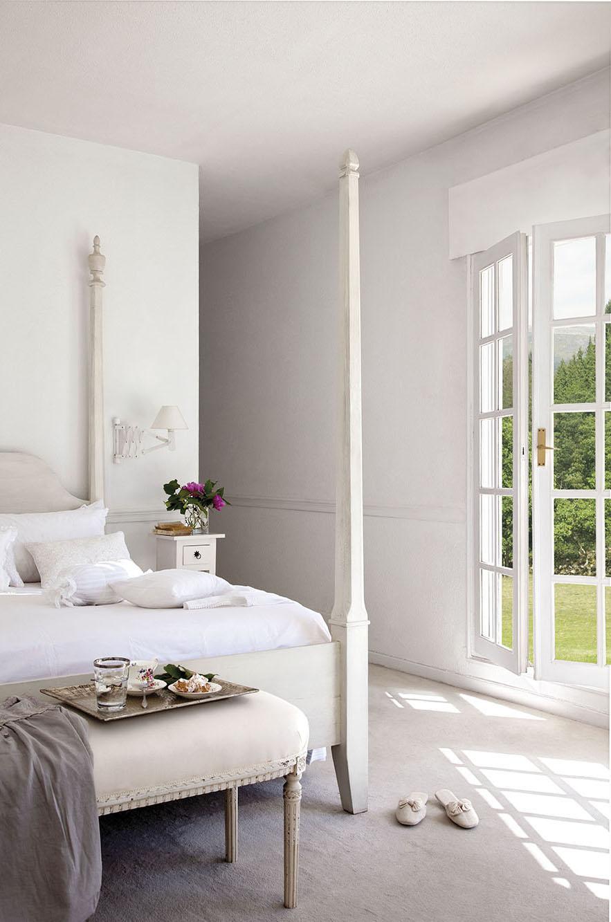 00302849. Dormitorio principal en blanco con una banqueta a los pies de la cama y salida al jardín_00302849
