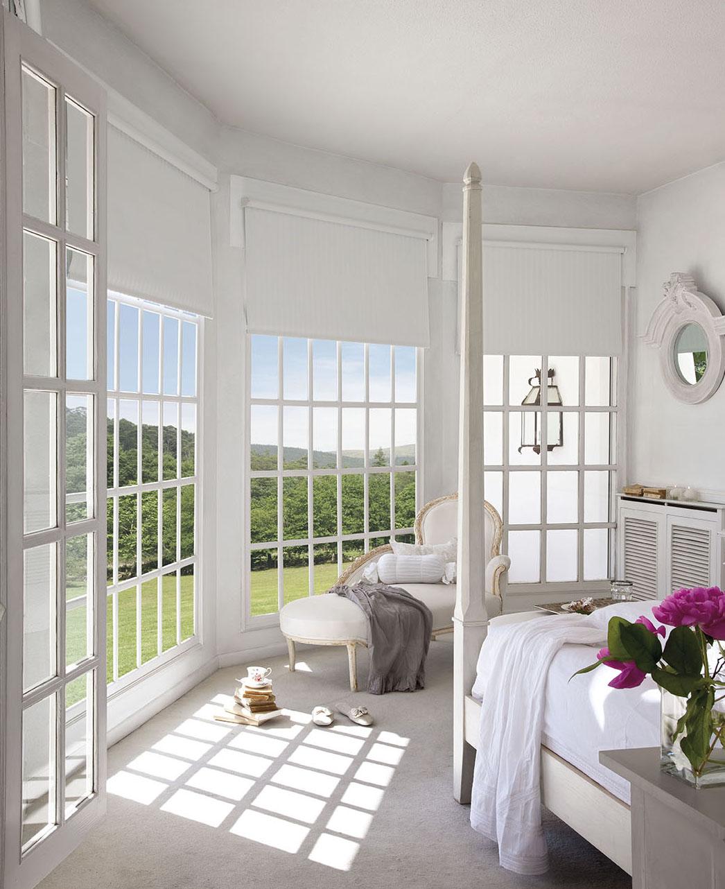 00302850. Dormitorio principal en blanco con chaise longue y ventanales al jardín_00302850