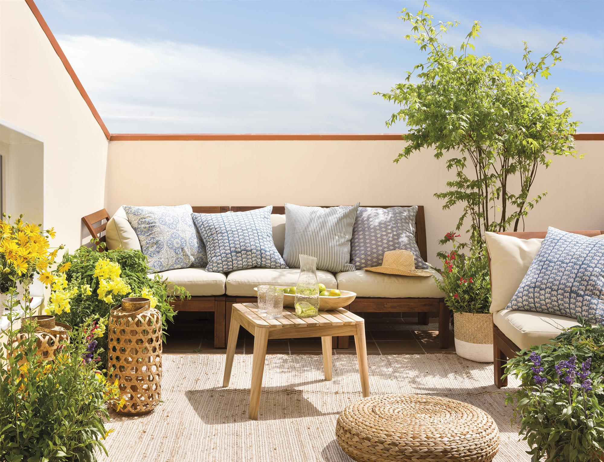 Terrazas muebles mesas e ideas para tu terraza el mueble for Sofa de madera para terraza