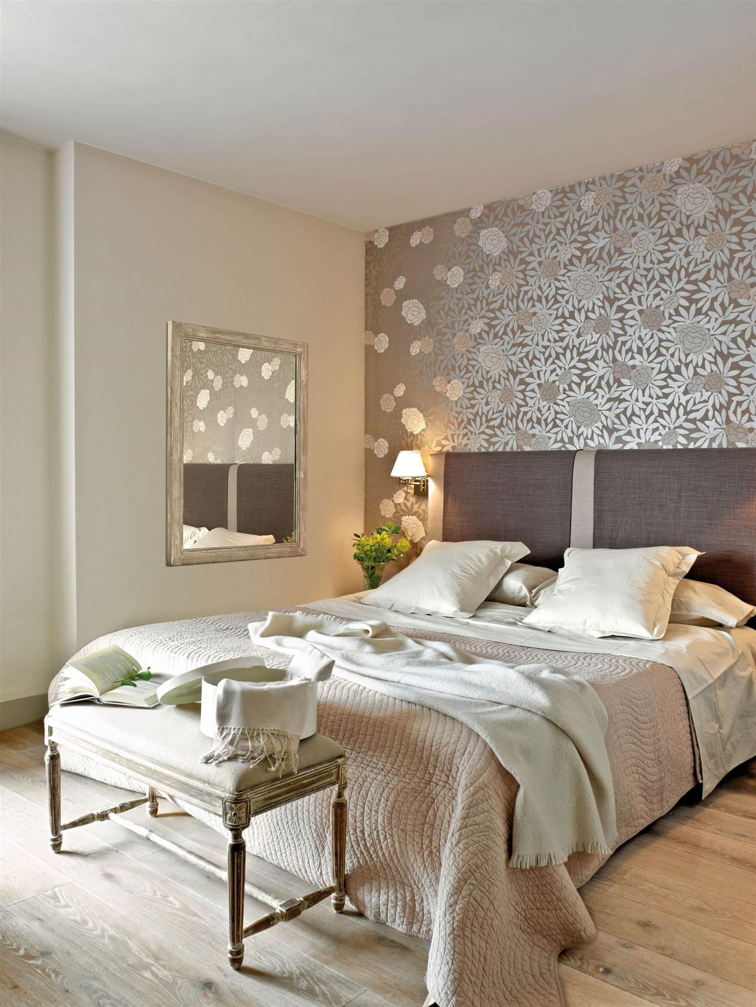 Dormitorio Con Pared Del Cabecero Con Papel Pintado Plateado_00271781