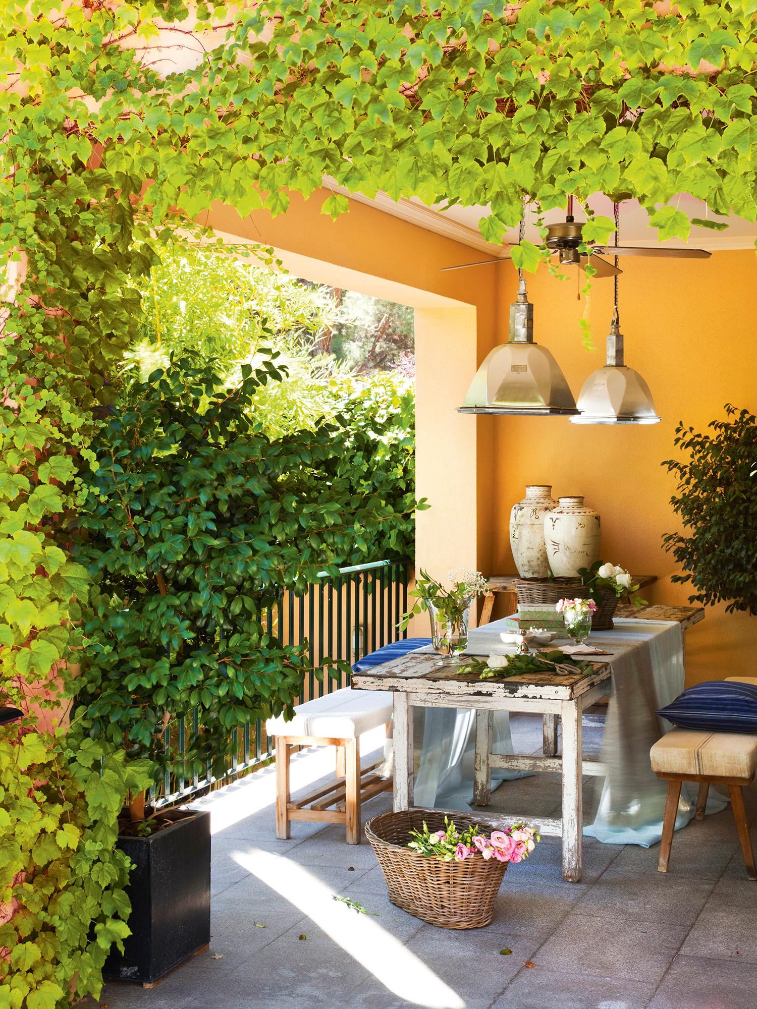 Como decorar un porche pequeo excellent terraza colorida for Decorar porche pequeno