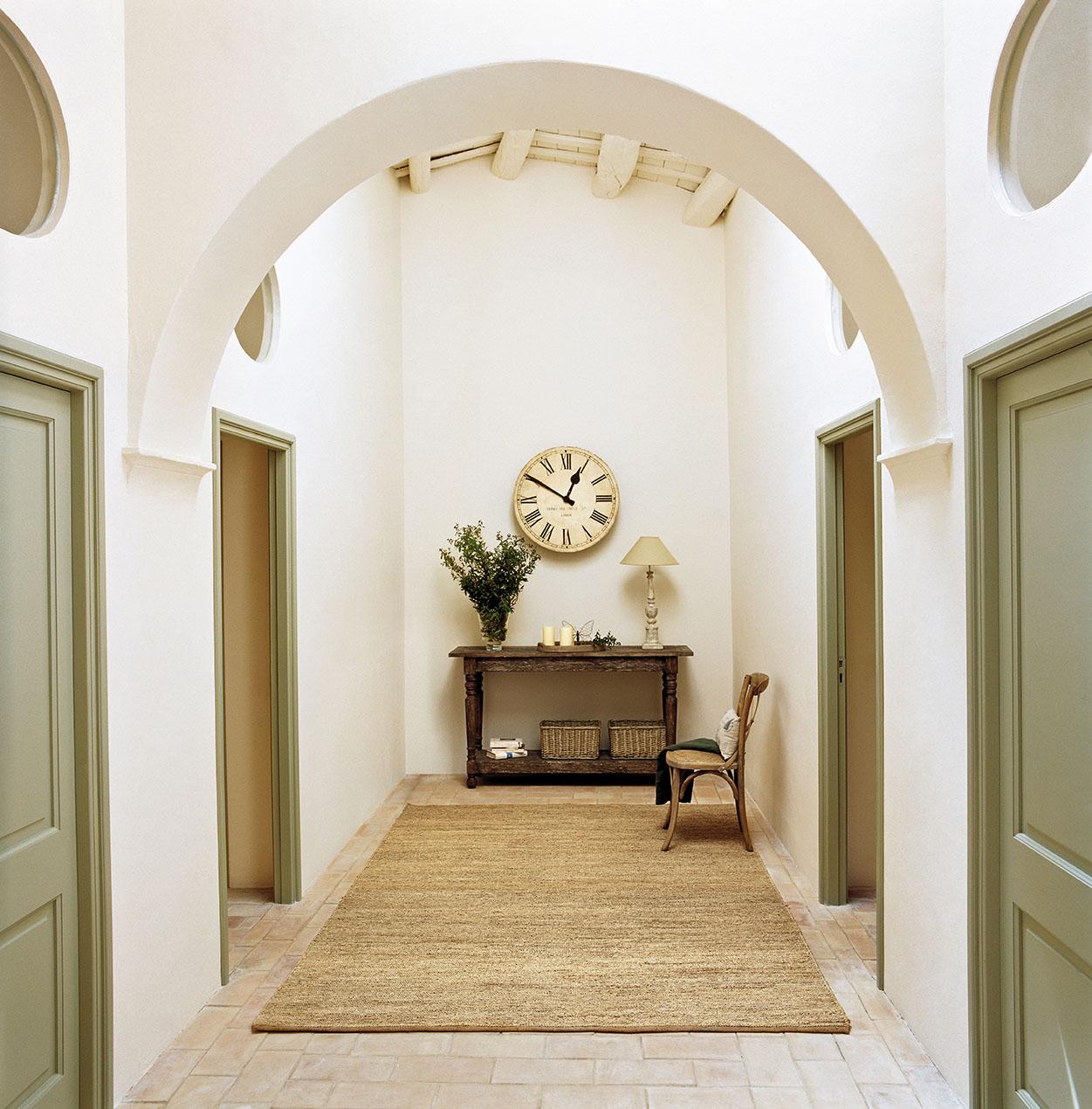 Reforma total de una antigua casa de piedra for Puertas y paredes blancas