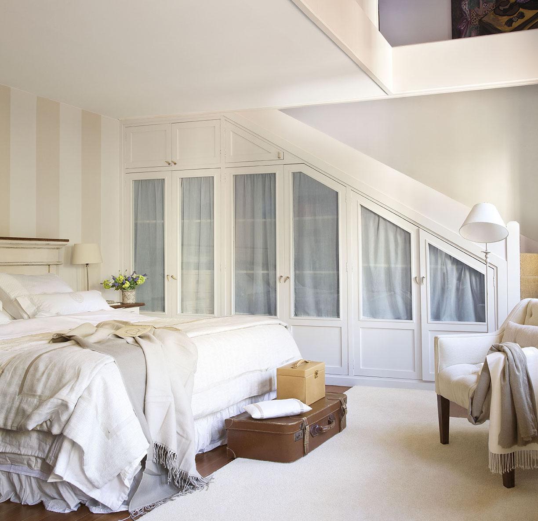 00312062. Dormitorio principal con acceso a través de una escalera y armario debajo de ella_00312062