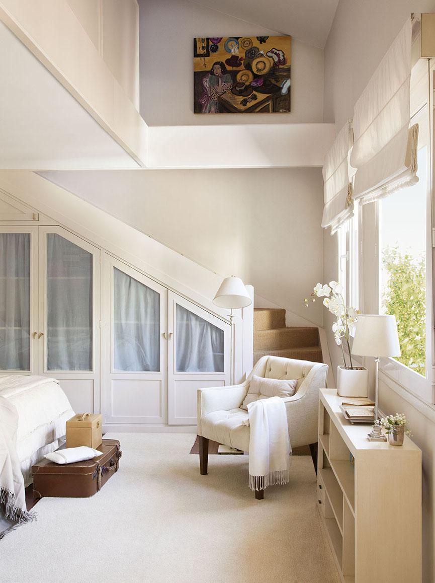00312064. Dormitorio con armario bajo la escalera y butaca blanca junto a las ventanas_00312064