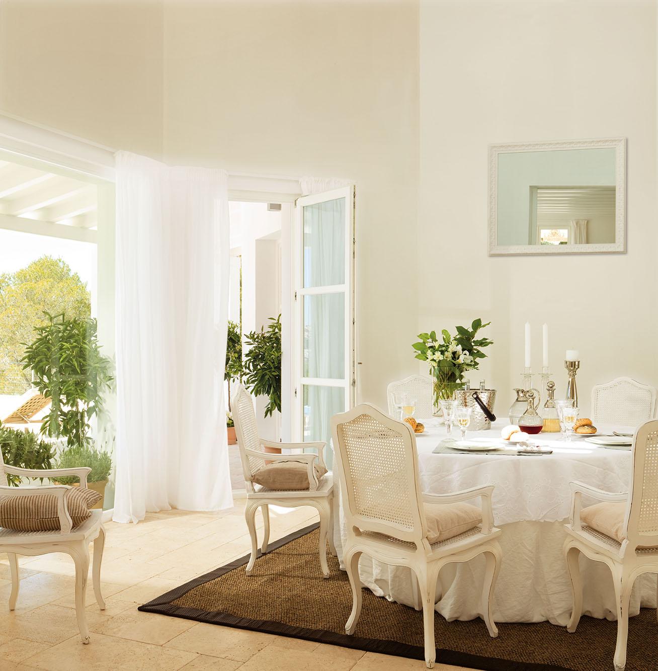Una casa abierta hacia fuera y hacia adentro for Cortinas blancas para comedor