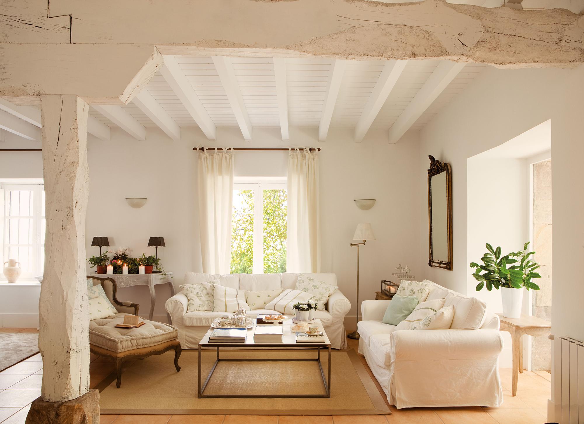 Salones luminosos y frescos - Techos de madera blanco ...