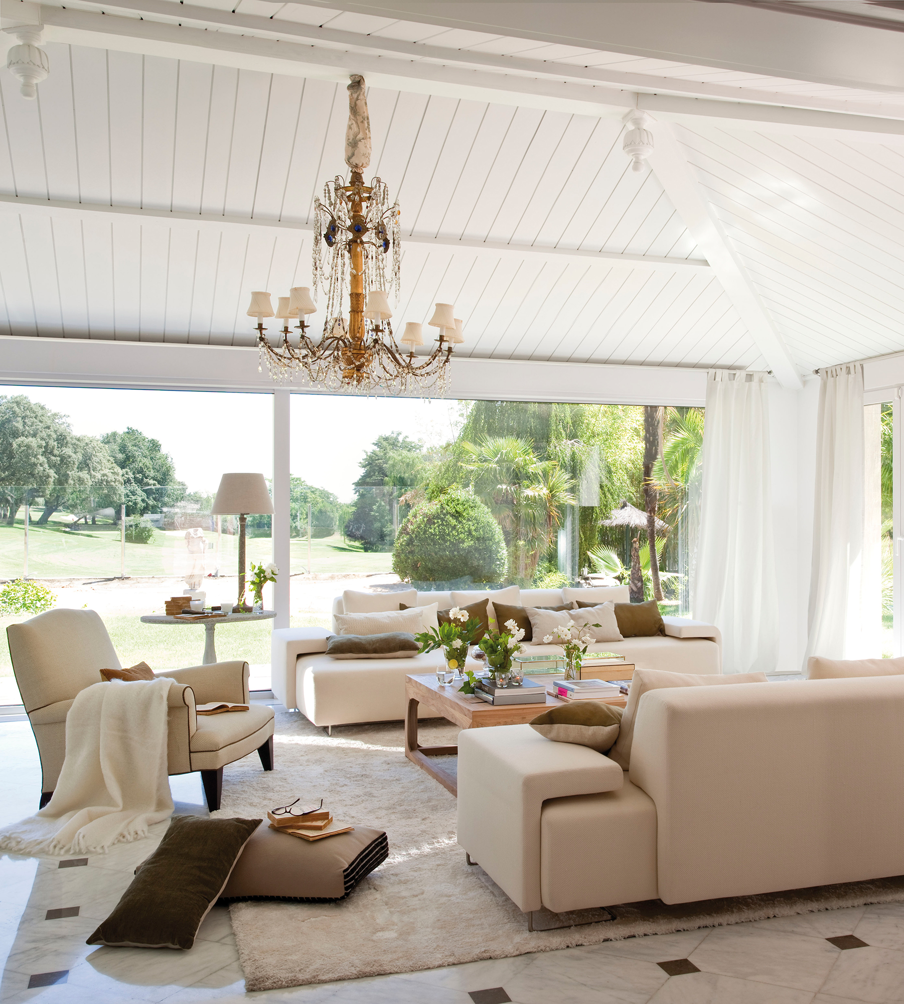 Salones luminosos y frescos - Suelo madera jardin ...