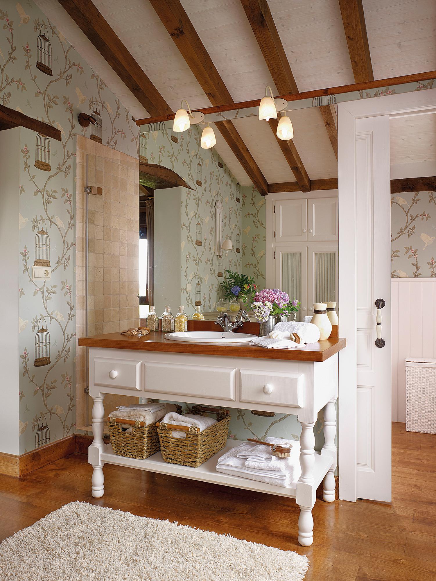 72d6f13c922eb Baño clásico con paredes revestidas de papel y mueble bajolavabo de  madera 00297233. Encastrado