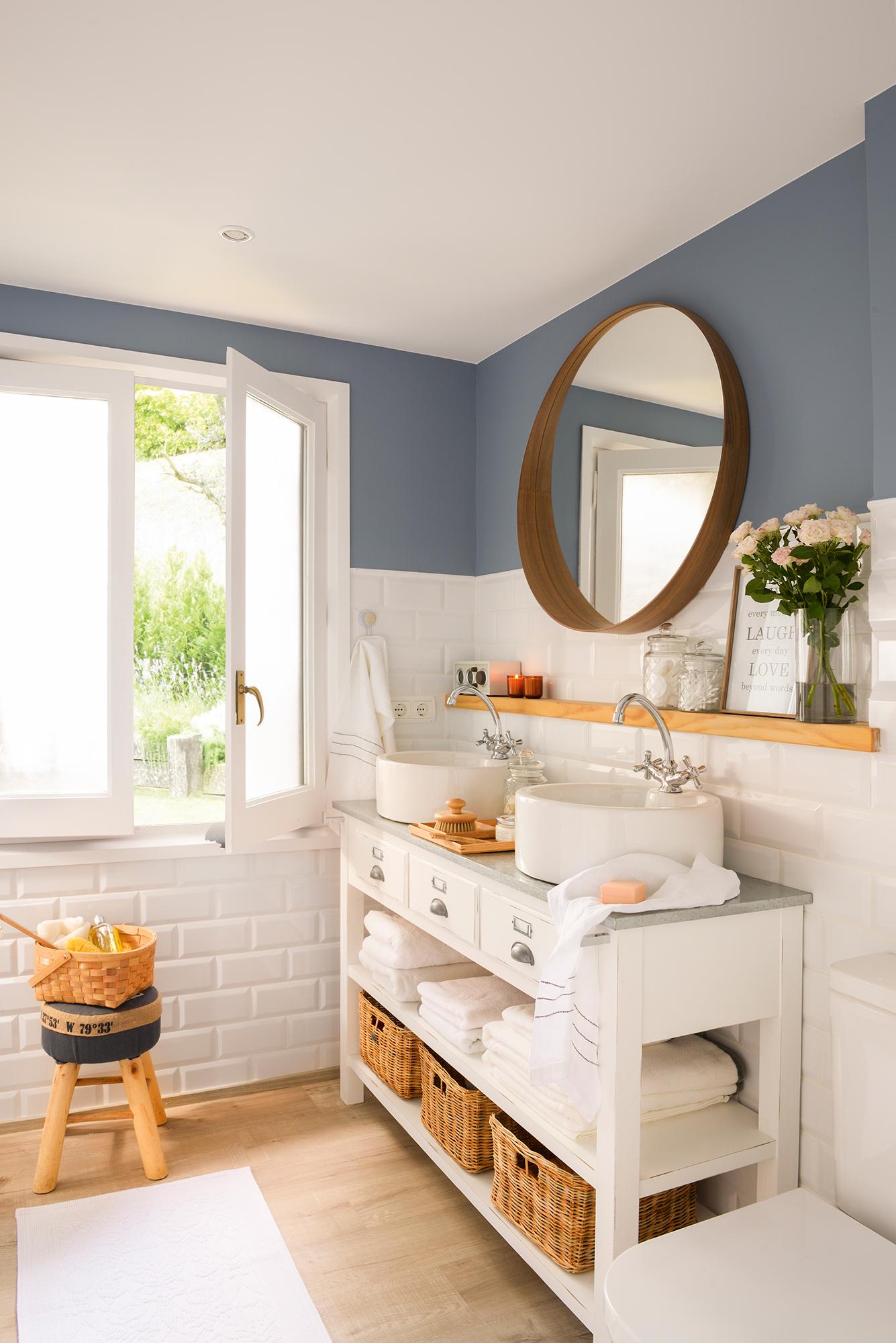 ea25f5e24dbf3 Baño con paredes alicatadas en blanco y la parte superior pintada en azul   00426636. Líneas