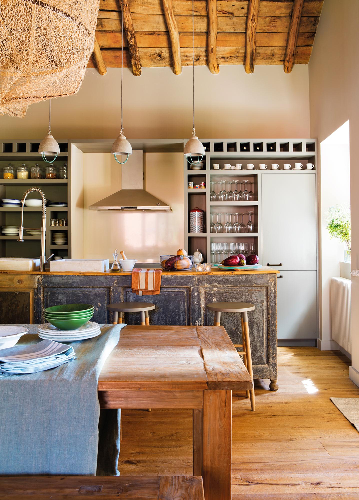 Cocina rústica con gran isla recuperada de color azul_ 00443228