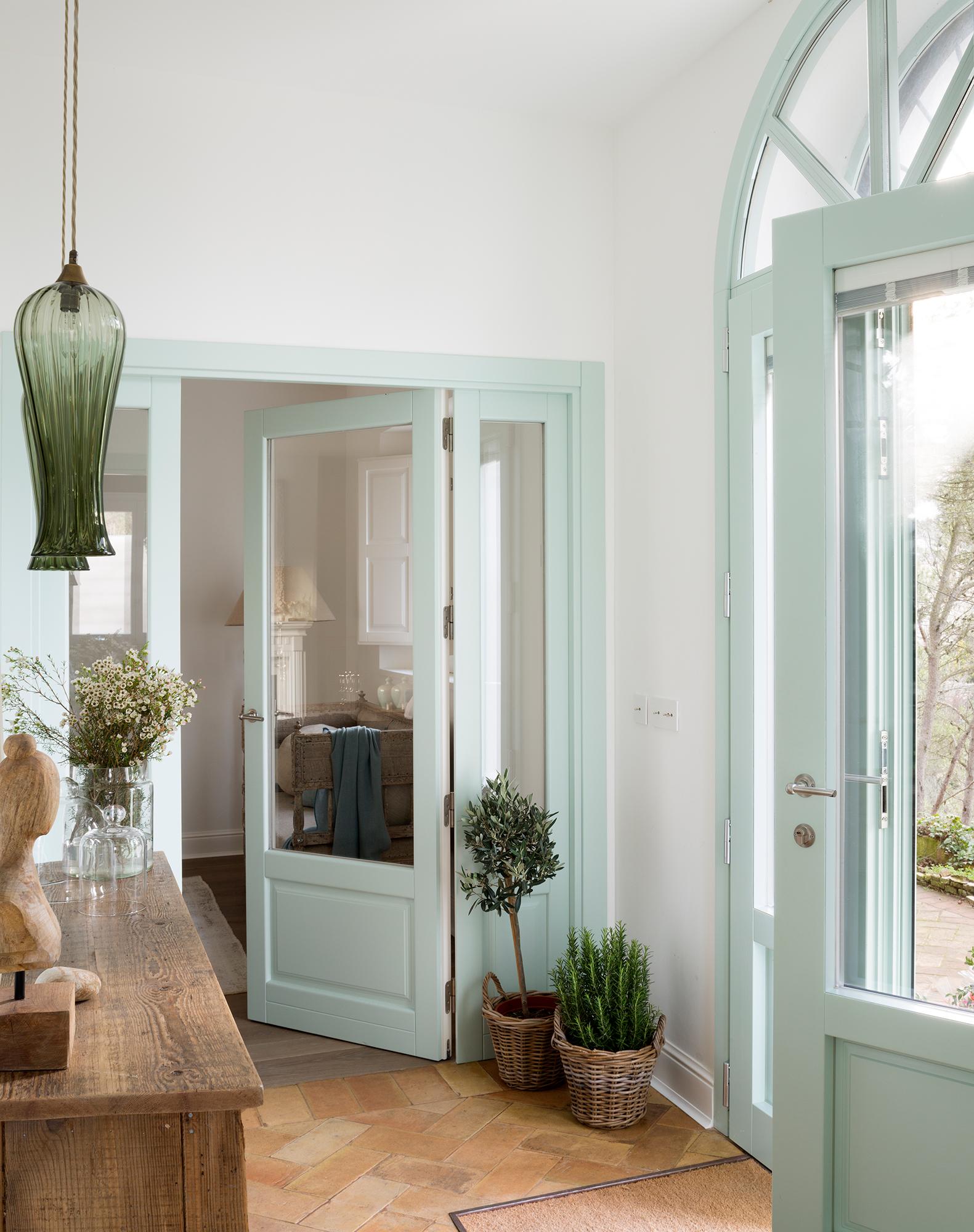 Puertas claves para renovarlas for Casas con puertas blancas